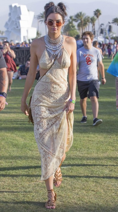 what-kendall-jenner-wore-on-day-one-of-coachella-1734964-1460817467.640x0c.jpg